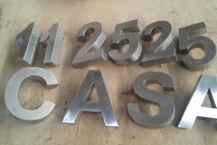 Números e letras em aço