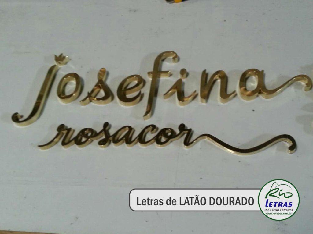 letras de latão dourado